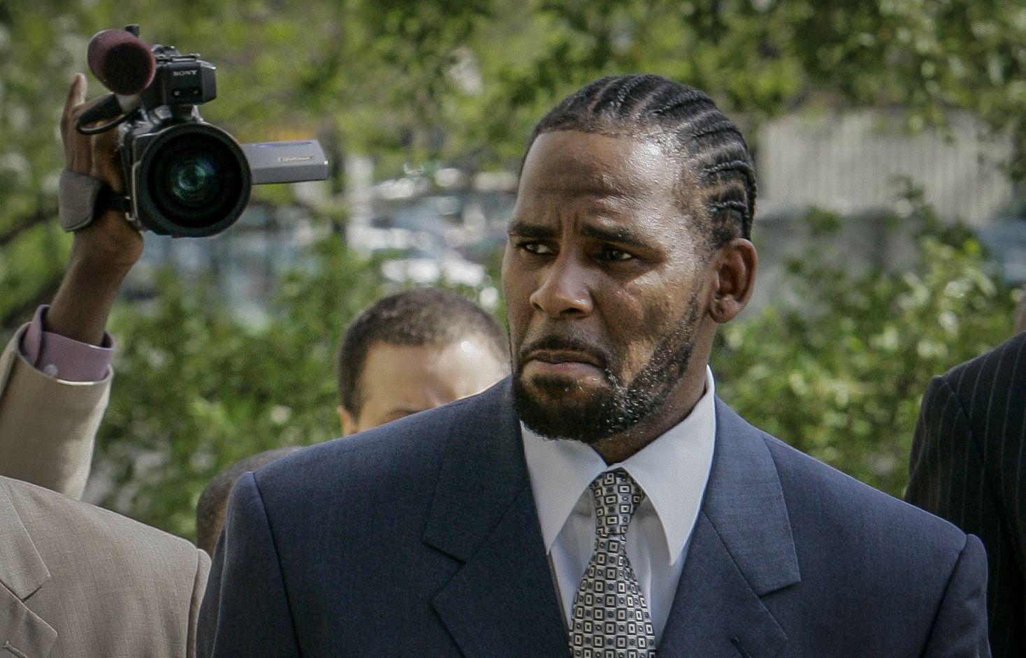 En esta foto del 9 de mayo de 2008, R. Kelly llega a un tribunal en Chicago para el primer día de selección del jurado para su juicio por pornografía infantil.