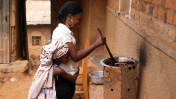 Se puede compensar el daño medioambiental que genera el CO2 contribuyendo a proyectos de protección del clima, como en el caso de Atmosfair en Ruanda.