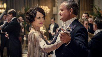 En esta imagen proporcionada por Focus Features Elizabeth McGovern, izquierda, como Lady Grantham y Hugh Bonneville, como Lord Grantham, en Downton Abbey. El elenco principal original de Downton Abbey se reunirá para una segunda película que se estrenará el 22 de diciembre de 2021, anunció Focus Features.