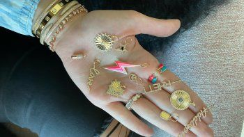 Para la ocasión especial del Día de las Madres, los diseños personalizados se convierten en un presente único para sorprender a mamá con una joya irrepetible. Alev Jewelry ofrece diversas opciones para regalar a las madres en su día.