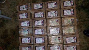 Autoridades de Honduras decomisaron un cargamento de 25 kg de cocaína en paquetes un carnet de identidad del histórico capo colombiano Pablo Escobar