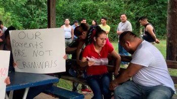 Nuestros padres no son criminales, dice un cartel que un grupo de personas sostiene en protesta por las políticas antiinmigrantes en Mississippi, el 13 de agosto del 2019.