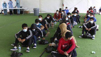 Migrantes menores de edad esperan para hacerse pruebas del COVID-19 en un albregue para niños migrantes no acompañados en Donna, Texas, el 30 de marzo del 2021.