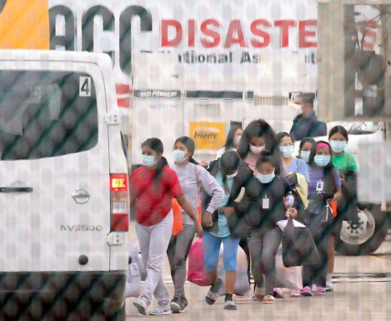 Adolescentes se suben a un vehículo que las transportará a una instalación de la Asociación Nacional de Iglesias Cristianas de Houston que aloja a migrantes menores de edad
