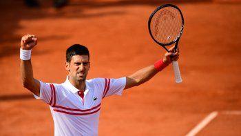 El serbio Novak Djokovic celebra tras vencer al uruguayo Pablo Cuevas durante el partido de la segunda ronda del Roland Garros 2021 el 3 de junio de 2021