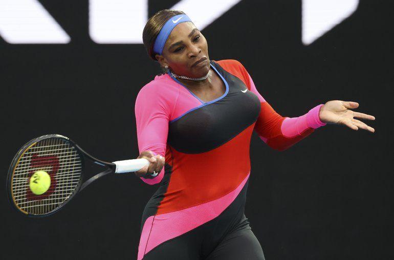 La tenista estadounidense Serena Williams devuelve una pelota a la rumana Simona Halep en su partido de cuartos de final en el Abierto de Australia en Melburne