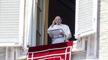 El papa Francisco saluda a feligreses desde la ventaja de su estudio con vista a la plaza de San Pedro en el Vaticano al terminar la oración del Angelus, el domingo 5 de julio de 2020.