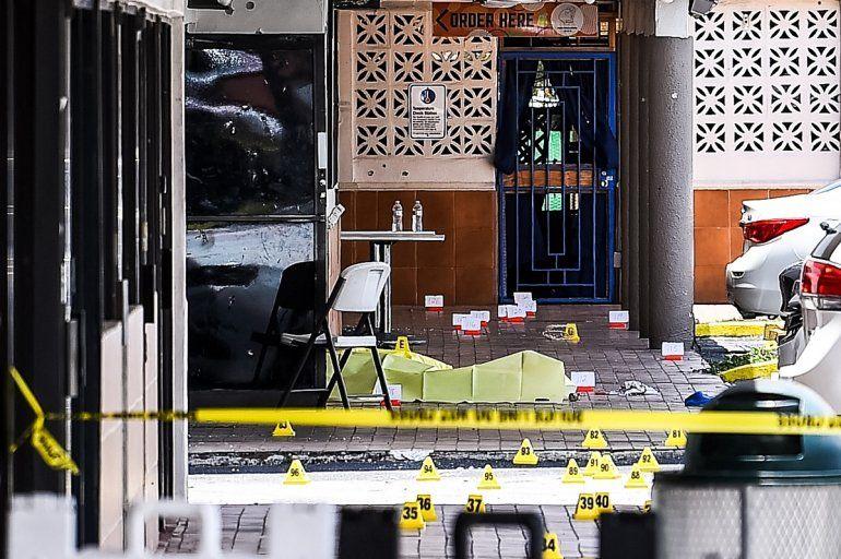 Dos personas murieron y al menos 20 resultaron heridas el domingo. cuando tres tiradores dispararon indiscriminadamente contra una multitud afuera de un concierto en Miami