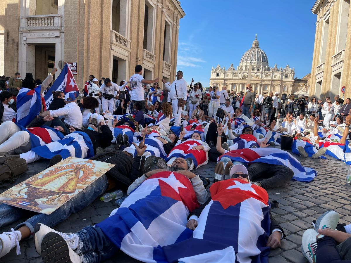 Cubanos se acostaron sobre la Via della Conciliazione, una de las avenidas en Roma, Italia, para expresar sus demandas por libertad en Cuba y pedir el apoyo del papa Francisco.