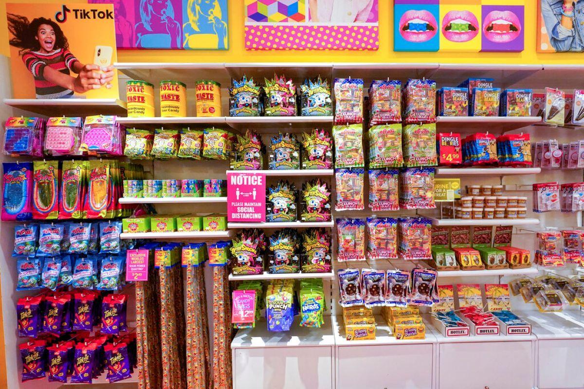 Una serie de productos que fueron promocionados en TikTok, en la tienda ItSugar en Nueva York.