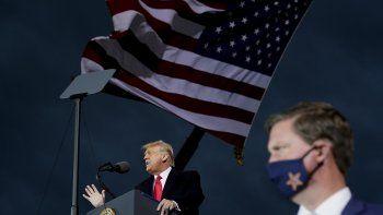 El presidente Donald Trump habla en un mitin de campaña en el Aeropuerto Internacional de Des Moines, el miércoles 14 de octubre de 2020, en Des Moines, Iowa.