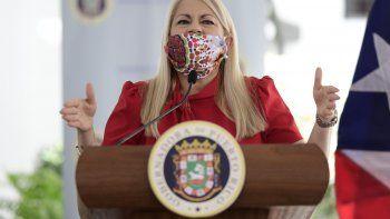 La gobernadora Wanda Vázquez utiliza una mascarilla mientras anuncia la cancelación de todos los contratos otorgados a personas y compañías cuyos nombres se han involucrado en la investigación local y federal por la supuesta compra de pruebas de análisis del nuevo coronavirus, durante una conferencia de prensa el jueves 16 de abril de 2020, en San Juan, Puerto Rico