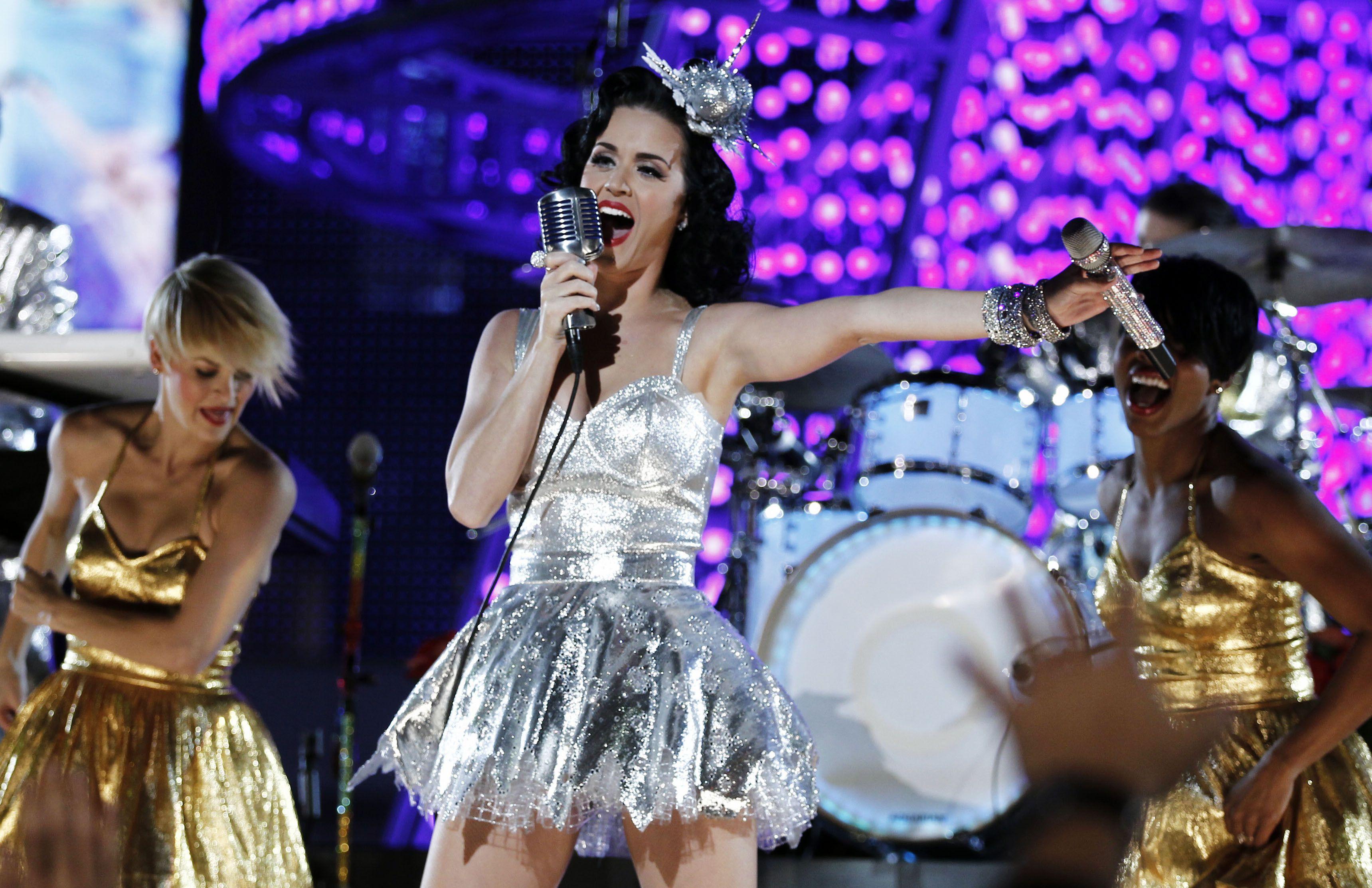 En esta foto del 30 de noviembre de 2010, Katy Perry canta durante el concierto de las nominaciones a los Grammy en Los Angeles. El vestido plateado y los trajes que BTS usó para su actuación en los Grammy a principios de año están entre los artículos que se ofrecerán en una subasta a beneficio de la organización MusiCares de la Academia de la Grabación.