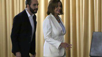 Nancy Pelosi, presidenta de la Cámara de Representantes de Estados Unidos, camina junto al presidente salvadoreño Nayib Bukele en San Salvador, El Salvador, el viernes 9 de agosto de 2019.