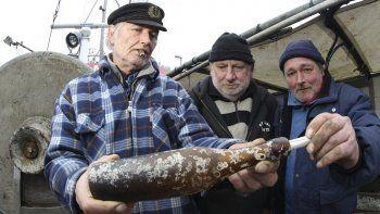 El 6 de marzo de 2014, los pescadores alemanes Konrad Fischer (izq.), Klaus Matthiesen (cen.) y Thomas Buick hallaron una botella con un mensaje en su interior que fue lanzado al mar en 1913. El mensaje que guardaba esa botella se consideró entonces el más antiguo jamás encontrado.