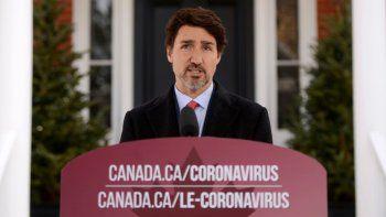 El primer ministro Justin Trudeau se dirige a canadienses sobre la situación de coronavirus desde la residencia Rideau Cottage en Ottawa, Ontario, el miércoles 25 de marzo de 2020.