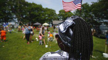 Fotografía de archivo del 4 de julio de 2019 de Malu Klo, una mujer en busca de asilo originaria de Congo, durante un picnic para refugiados en el parque Fort Williams en Cape Elizabeth, Maine.