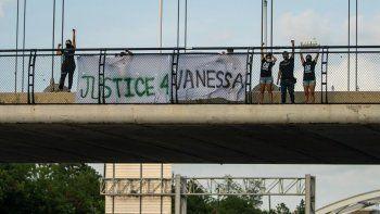 Miembros de los grupos activistas #TeamVanessa y FIEL Houston se reúnen para exigir justicia para la especialista del Ejército Vanessa Guillén en el puente de la calle Dunleavy que pasa por encima de la autopista suroeste en Houston, el miércoles 8 de julio de 2020. El supuesto responsable del crimen, el soldado Aaron Robinson se suicidó antes de ser detenido por la Policía.
