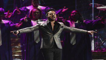 Luis Fonsi interpreta un medley en la ceremonia de los Latin Grammy el 14 de noviembre de 2019 en Las Vegas. Fonsi está nominado a tres Premios Lo Nuestro y cantará en la ceremonia del jueves 18 de febrero de 2021, que se transmitirá en vivo por Univision desde Miami.