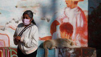 Una mujer se frota gel desinfectante el miércoles 22 de julio de 2020 mientras espera en una fila para realizarse la prueba de coronavirus, en San Gregorio Atlapulco, en la Ciudad de México.