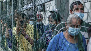 Venezolanos desplazados de La Victoria, estado Apure, se refugian en Arauquita, departamento de Arauca, Colombia, el 26 de marzo de 2021. Casi 4.000 personas -en su mayoría venezolanos- han llegado al municipio fronterizo de Arauquita, noreste de Colombia, entre el domingo y el jueves desplazadas por combates entre militares venezolanos y un grupo armado colombiano.