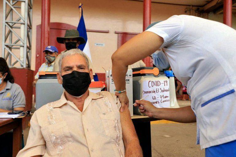 Un anciano es inoculado con la vacuna AstraZeneca contra Covid-19