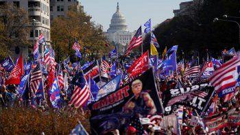 Con el Capitolio de Estados Unidos al fondo, simpatizantes del presidente Donald Trump protestan el sábado 14 de noviembre de 2020, en la Plaza Freedom de Washington, D.C.