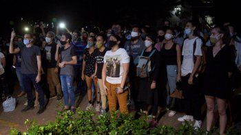 Jóvenes artistas protestan frente a las puertas del Ministerio de Cultura, en La Habana, Cuba, el viernes 27 de noviembre de 2020. Decenas de artistas cubanos se manifestaron contra la policía que desalojó a un grupo que participaba en una huelga de hambre.