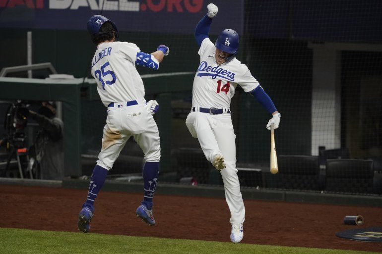 El jugador de los Dodgers de Los Ángeles Cody Bellinger celebra su jonrón con Kiké Hernández