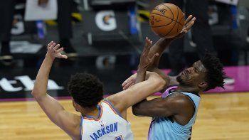 El alero del Thunder de Oklahoma City Justin Jackson defiende al alero del Heat de Miami Jimmy Butler en la segunda mitad del juego del lunes 4 de enero de 2021, en Miami.