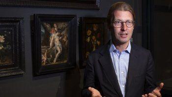 El director del Rijksmuseum Taco Dibbits, junto al óleo de Bartholomeus Spanger El cuerpo de Cristo sostenido por ángeles, habla sobre este regalo que el museo recibió de un marchante como homenaje a las víctimas del coronavirus, el lunes 1 de junio de 2020 en Ámsterdam, Holanda.