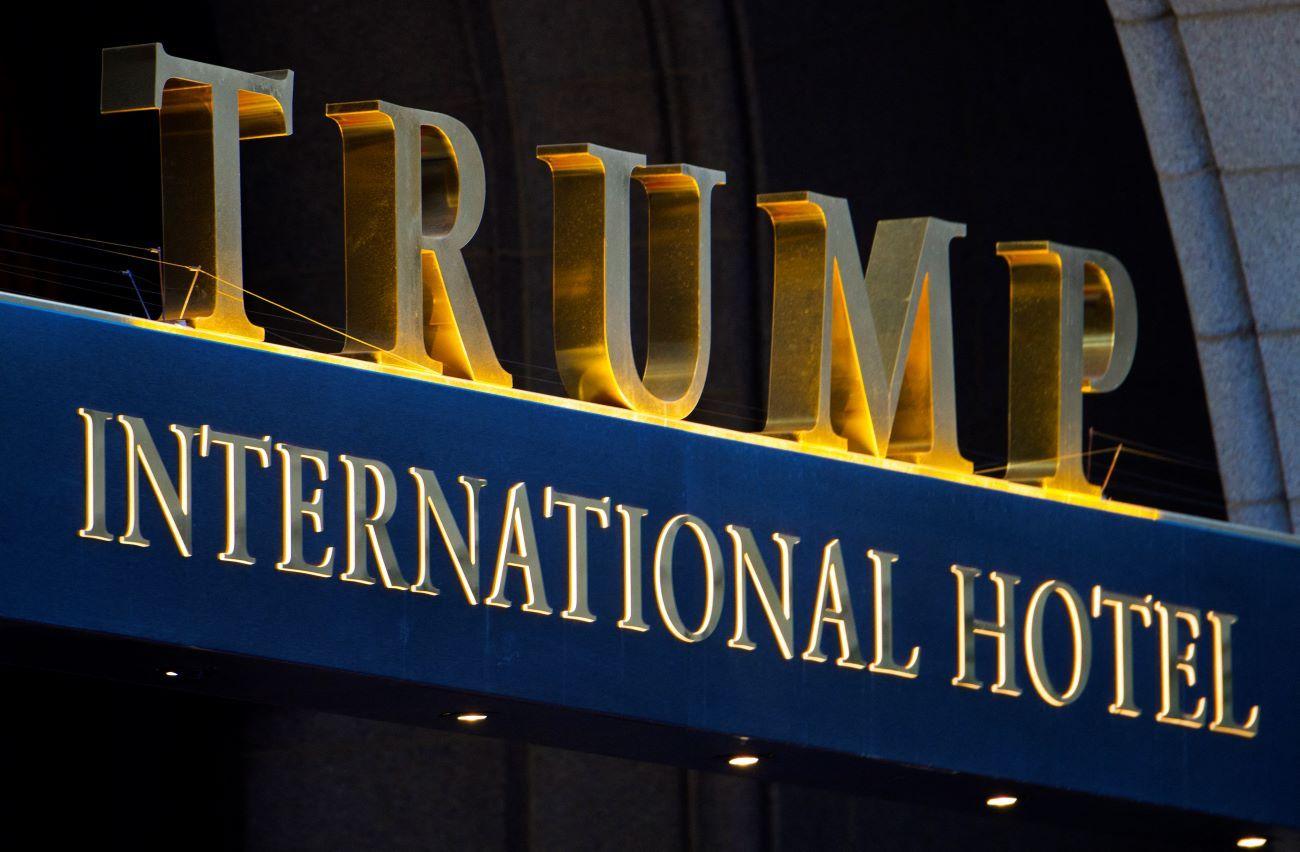 Logo del hotel Trump en Washington DC.