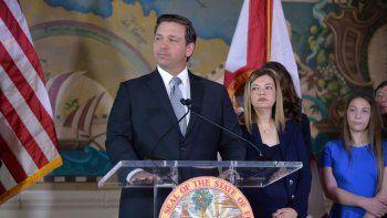 El gobernador de Florida, Ron DeSantis, en su presentación de la nueva magistrada de la Corte Suprema del Estado del Sol, Barbara Lagoa (segunda, a la izquierda de DeSantis).