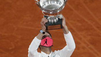 El español Rafael Nadal sostiene el trofeo mientras celebra ganar el partido final del torneo de tenis Abierto de Francia contra el serbio Novak Djokovic en tres sets, 6-0, 6-2, 7-5, en el estadio de Roland Garros en París, Francia, el domingo. , 11 de octubre de 2020.