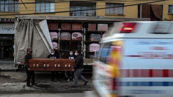 Los empleados de Bergut Servicios Fúnebres entregan ataúdes a una tienda funeraria en Santiago, Chile, el viernes 19 de junio de 2020. La producción de ataúdes ha aumentado un 120%, según el propietario Nicolás Bergerie, debido a la pandemia del nuevo coronavirus.