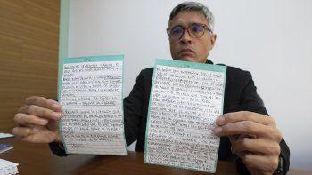Jesús Loreto, abogado de Tomeu Vadell, uno de los seis ejecutivos petroleros estadounidenses que han estado tras las rejas durante tres años en Venezuela, muestra el miércoles 25 de noviembre una carta escrita por su cliente, en Caracas.