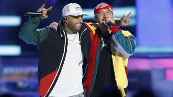 En esta foto de archivo del 26 de abril de 2018, Nicky Jam, izquierda, y J Balvin interpretan X (Equis) en los Premios Billboard de la Música Latina en Las Vegas.