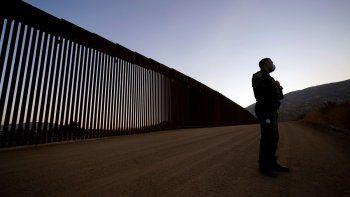iEl agente de la patrulla fronteriza Justin Castrejon habla frente a tramos recientemente refaccionados del muro en la frontera, 24 de septiembre de 2020.