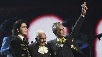 Vicente Fernández, centro, con su hijo Alejandro Fernández, derecha, y su nieto Alex Fernández tras interpretar un número musical en la 20a entrega del Latin Grammy el jueves 14 de noviembre de 2019 en el MGM Grand Garden Arena en Las Vegas.