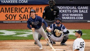 Joey Wendle, de los Rays de Tampa Bay, conecta un jonrón solitario en la novena entrada ante el relevista de los Yanquis de Nueva York Darren ODay el domingo 18 de abril de 2021, en Nueva York. El receptor de los Yanquis es Kyle Higashioka