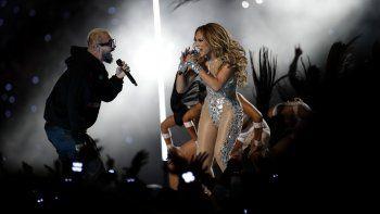 Jennifer Lopez, derecha, y J Balvin en el espectáculo de medio tiempo en del Super Bowl 54 de la NFL entre los Chiefs de Kansas City y los 49ers de San Francisco el domingo dos de febrero de 2020 en Miami Gardens, Florida.