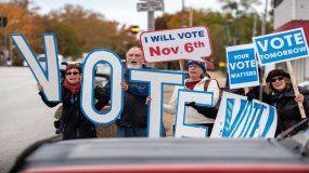 Integrantes del grupo Tu voto cuenta animan a la gente a que vote antes de un evento electoral de la senadora demócrata Claire McCaskill, en San Luis, Misuri.