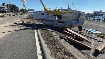 Un velero y diversos escombros levantados por una marejada ciclónica del huracán Zeta en medio de la autopista 90 en Pass Christian, Mississippi, el jueves 29 de octubre de 2020.