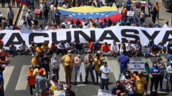 Trabajadores del sector salud, organizaciones políticas y de la sociedad civil se manifestaron en Caracas para exigir la vacunación contra el COVID-19.