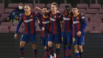 El delantero argentino del Barcelona Lionel Messi (2ndL) celebra con sus compañeros de equipo tras anotar un segundo gol durante el partido de fútbol de la liga española entre el FC Barcelona y Elche CF en el estadio Camp Nou de Barcelona el 24 de febrero de 2021.