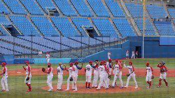 Jugadores de República Dominicana celebran su victoria durante la ronda de apertura de béisbol de los Juegos Olímpicos de Tokio 2020 partido del grupo A ante México