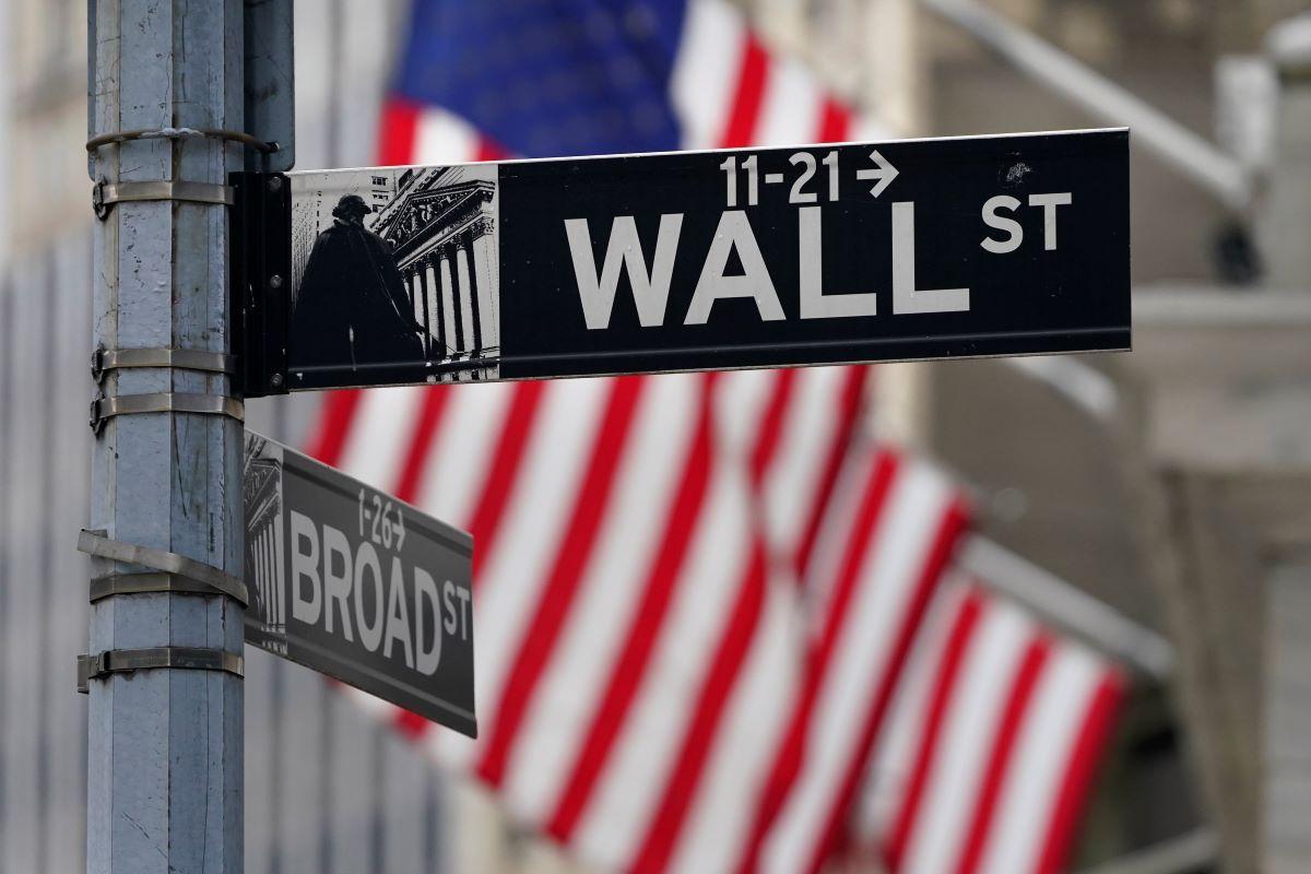 Señal en un poste que indica la dirección donde se sitúa la sede de la Bolsa de Nueva York.