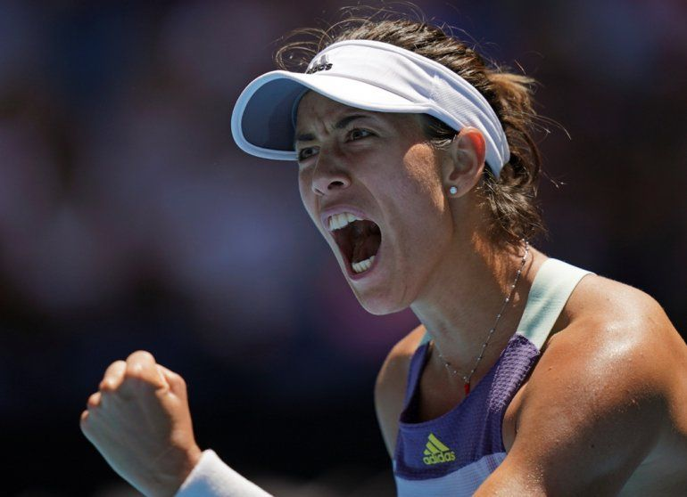 Garbiñe Muguruza festeja tras ganar el primer set a Anastasia Pavlyuchenkova durante los cuartos de final del Abierto de Australia