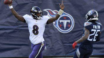 El quarterback de los Ravens de Baltimore, Lamar Jackson, celebra luego de anotar un touchdown en una carrera de 48 yardas durante el partido de la NFL contra los Titans de Tennessee, el domingo 10 de enero de 2021, en Nashville, Tennessee.