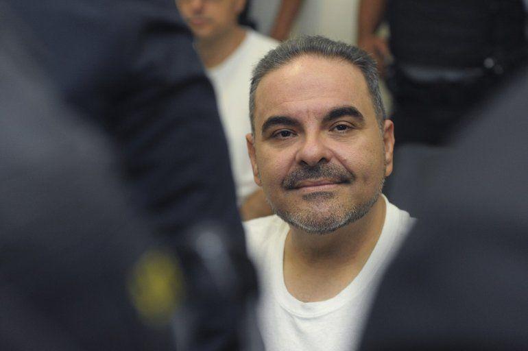 El expresidente salvadoreño Tony Sacacumple una condena de 10 años en prisión por el desvío de más de 300 millones de dólares de fondos públicos para favorecer a sus empresas y terceros. Un tribunal lo sentenció por peculado